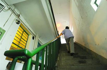 老人爬楼梯锻炼要谨慎 关节不好切莫学